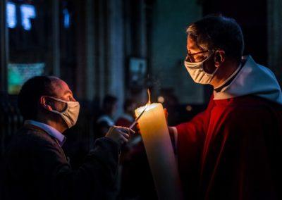 Père Hugues jeanson qui transmets la lumière pascale