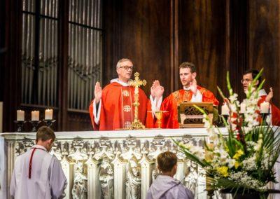 père Hugues Jeanson et père Nathanaël Valdenaire à l'autel